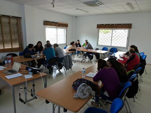 Trabajando por grupos en la planificación interpretativa de un itinerario para el curso en la CSEA La Cocosa