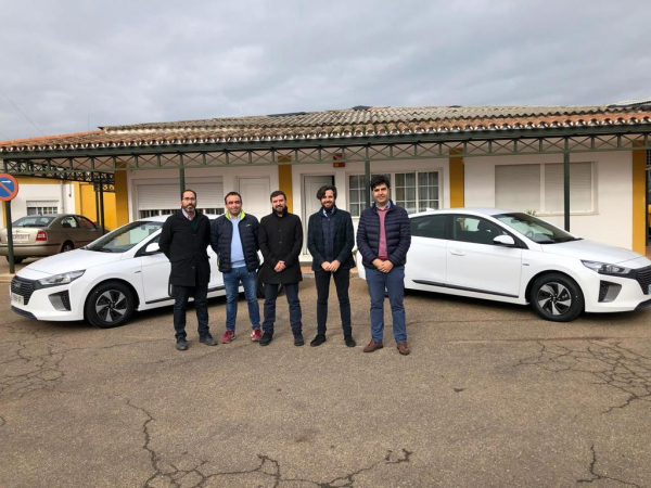 La Diputación de Badajoz entrega 2 vehículos eléctricos para titularidad de Diputación Provincial