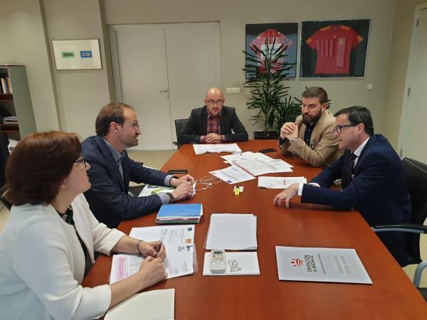 Diputación de Badajoz y el Instituto para la Diversificación y Ahorro de la Energía (IDAE) se reúnen para tratar las ayudas en materia de Eficiencia Energética
