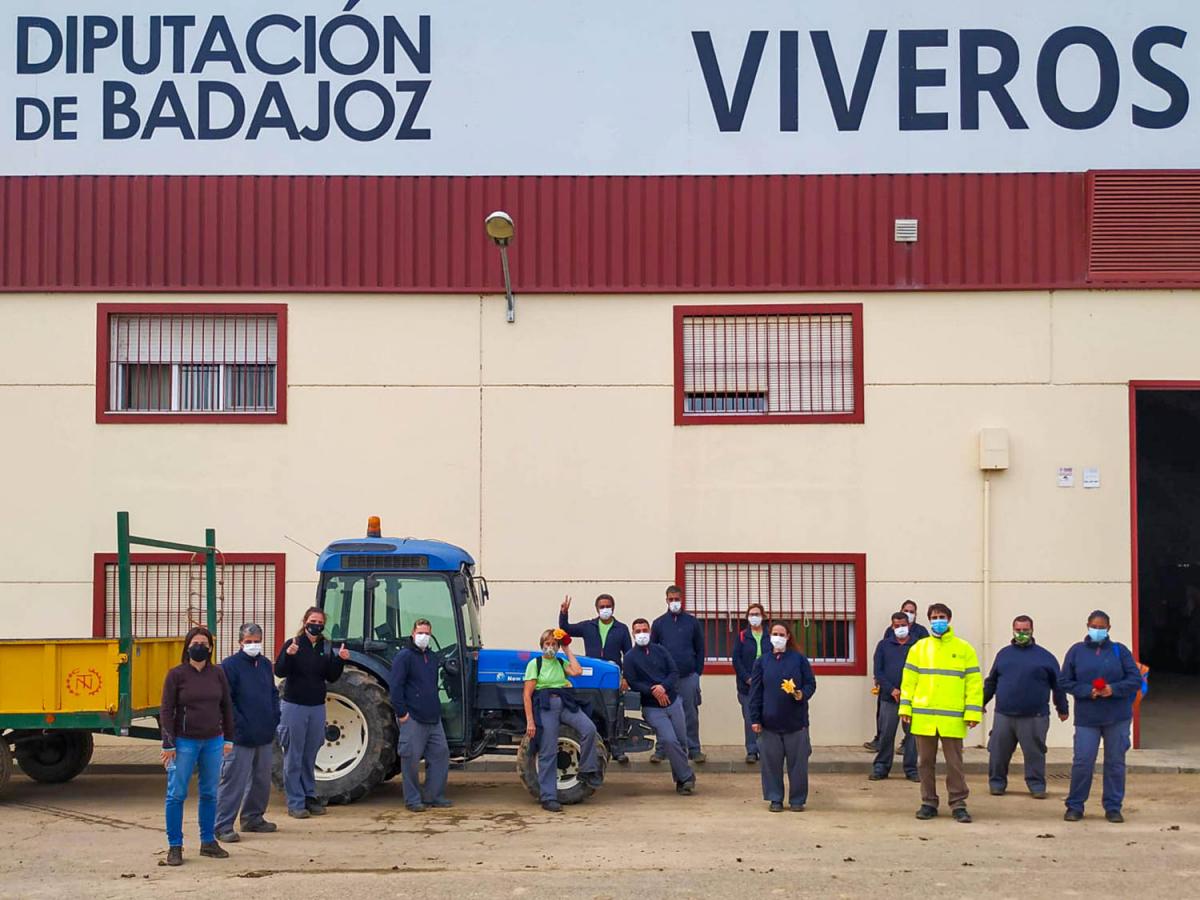 Miembros de Plena Inclusión de Don Benito visitan el Vivero Provincial de la Diputación de Badajoz