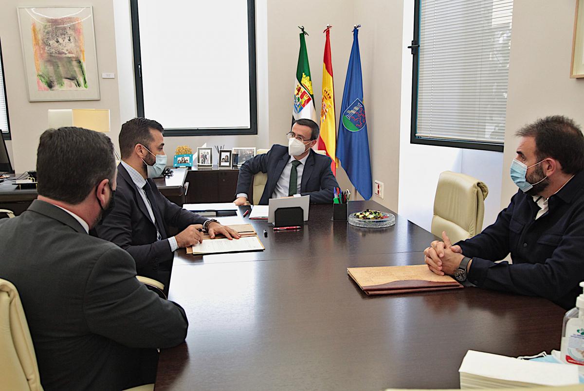 La Diputación de Badajoz y MicroBank firman un convenio de colaboración para incentivar el autoempleo y la actividad emprendedora